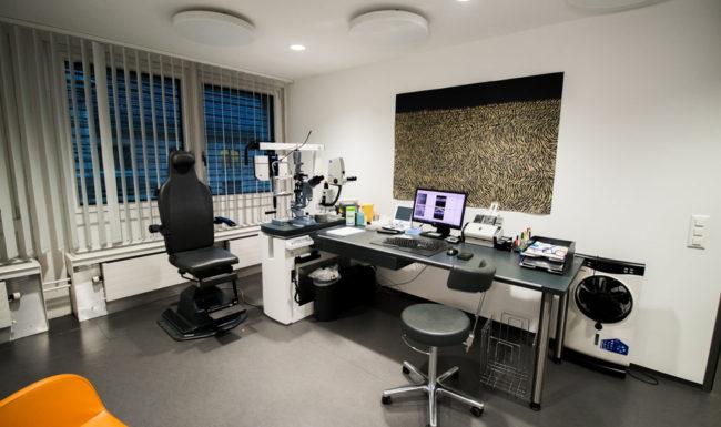 Behandlungsraum mit modernen Geräten im Augenzentrum Bahnhof Basel