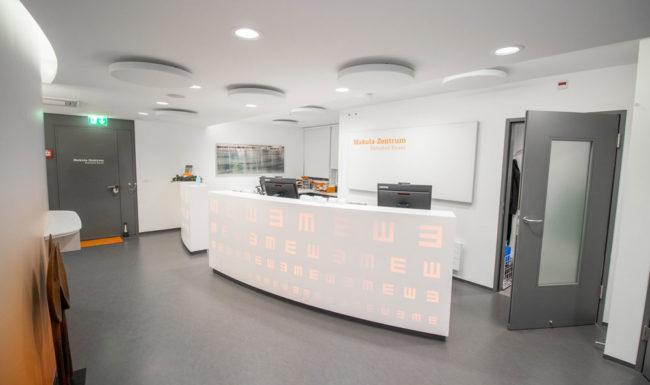 Moderner Empfangsbereich im Makula Zentrum Bahnhof Basel