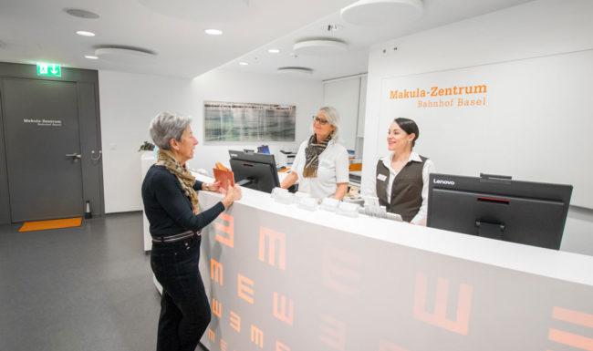 Freundlicher Empfangsbereich im Makula Zentrum Bahnhof Basel