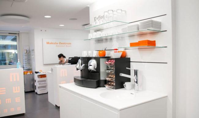Im Makula Zentrum Bahnhof Basel steht eine Kaffeemaschine für die Patienten bereit