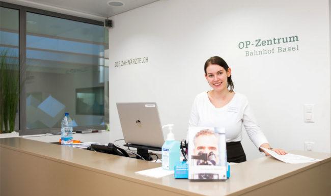 Freundliche Empfangsmitarbeiterin im OP-Zentrum Basel
